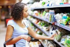 mulher negra olhando produtos supermercado